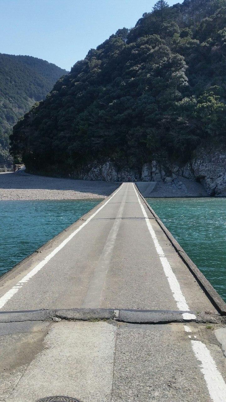 岩間の沈下橋の上